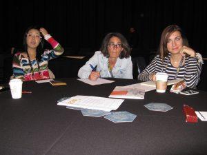Teilnehmer diskutieren Expertenimpulse am Runden Tisch (c) Goede