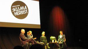 Unternehmer nehmen den Klimaschutz in die Hand: Antje von Drewitz, VAUDE Sport GmbH (l.M.), Luise Neumann-Cosel, Bürgerenergie Berlin eG (r.M.), mit Claus Leggewie (l.) und Moderator Achim Bogdan, BR (r.) (c) Goede